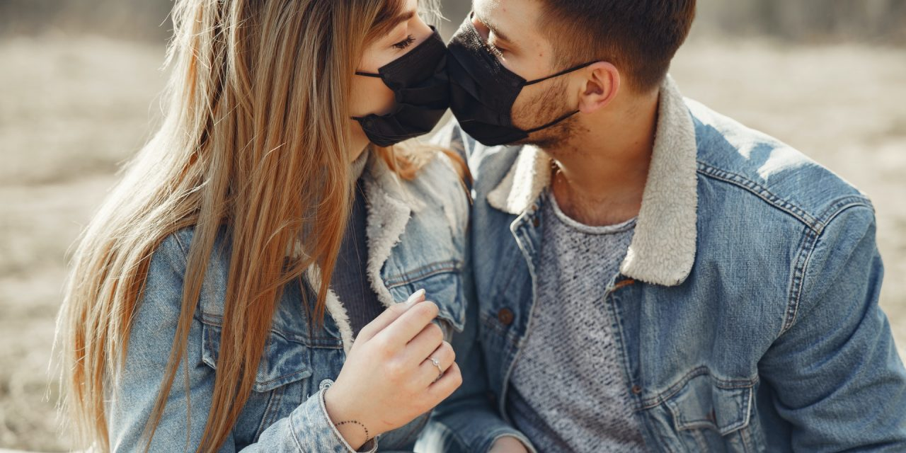 https://escuelaparamatrimonioslaam.com/wp-content/uploads/2020/07/loving-young-couple-kissing-while-wearing-black-medical-4005101-1280x640.jpg